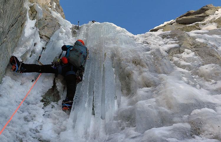 Escalando en el Ranrapalca. Navarrete-Morales