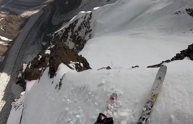 Andrzej Bargiel descendiendo con esquís el K2.