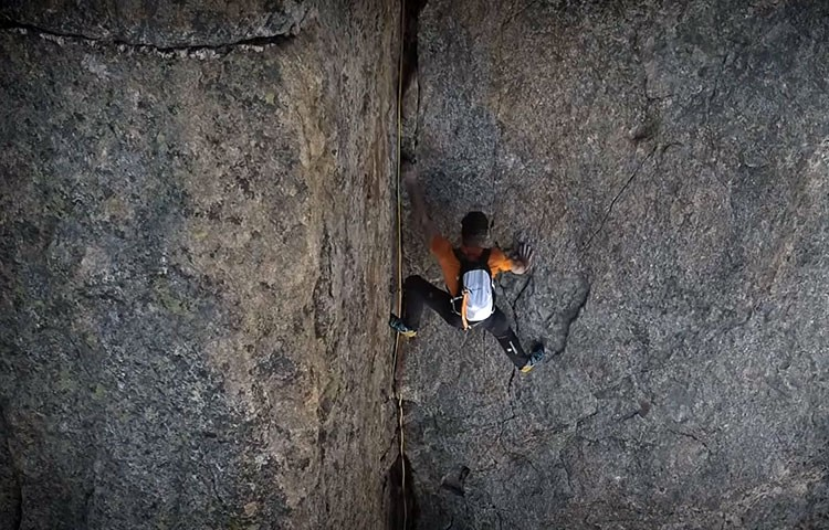 Dani Arnold, durante la escalada de la Cassin a las Grandes Jorasses.