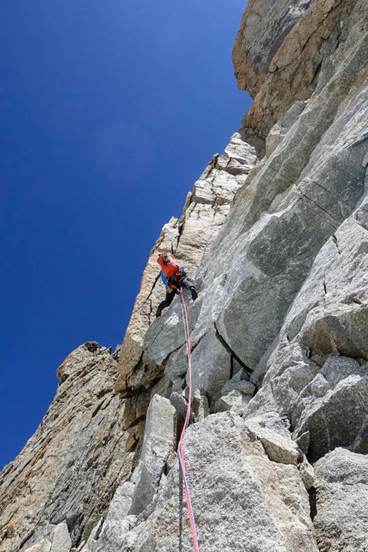 Michael Rinn en uno de los largos de 6a+ en las secciones de granito. Foto: Simon Richardson