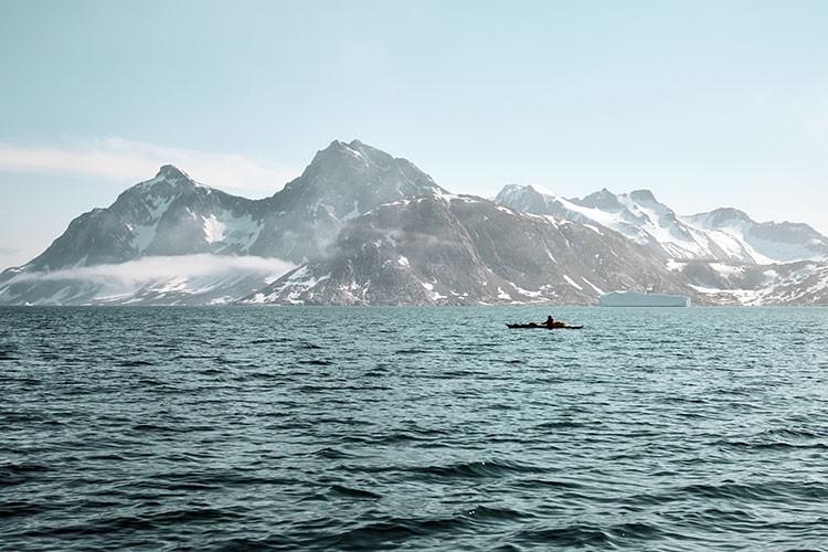 Robert Jasper con su kayak de mar en Groenlandia. Foto: Frank Kretschmann