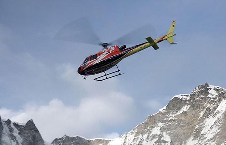 Nischal KC evacuando a Carlos Rubio del campo 2 del Everest invernal. Foto: Alex Txikon