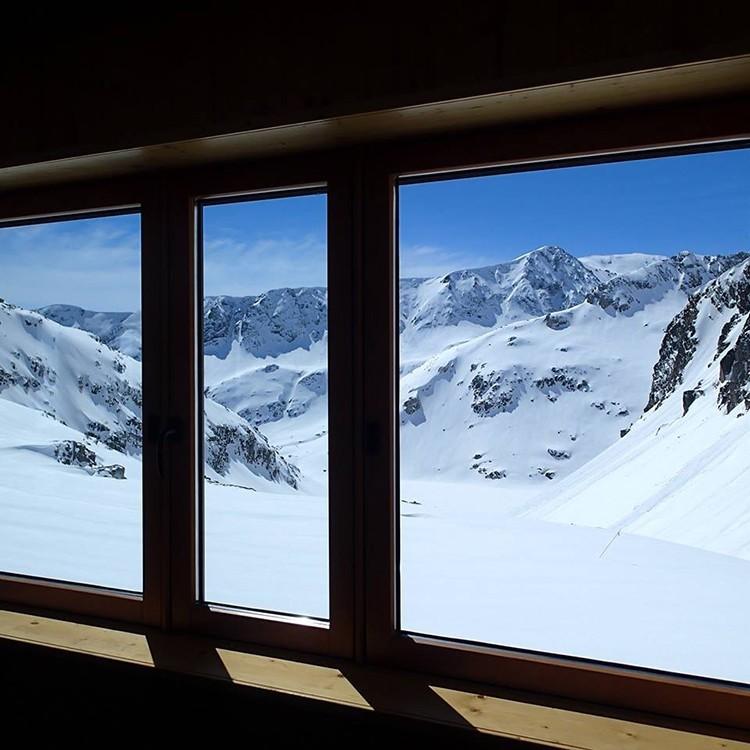 Imagen invernal desde el interior del Refugio de Cap de Llauset