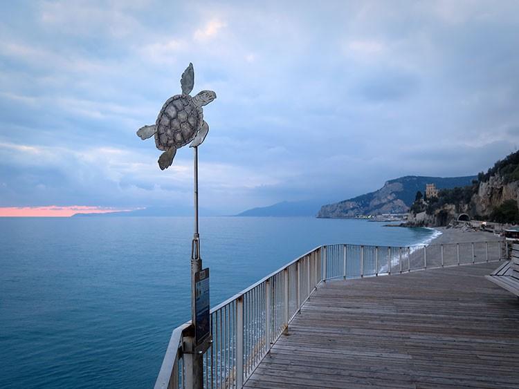 Costa y castillo de Finale Ligure. Foto: Álvaro Lafuente