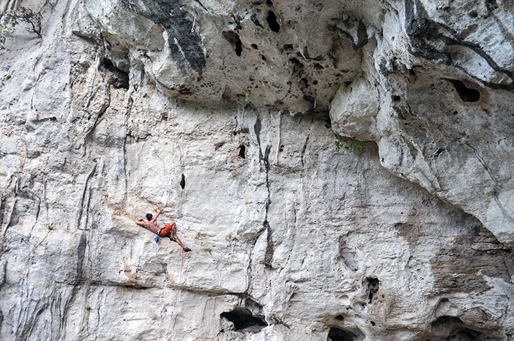 Julio Constantini descansando en ORDALIA 7b, Grotto di Perti. Foto Alvaro Lafuente