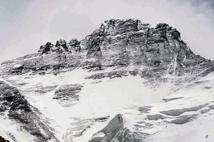 Zona superior del Lhotse, corredor en la parte izquierda, justo bajo cumbre. Foto: Javier Camacho
