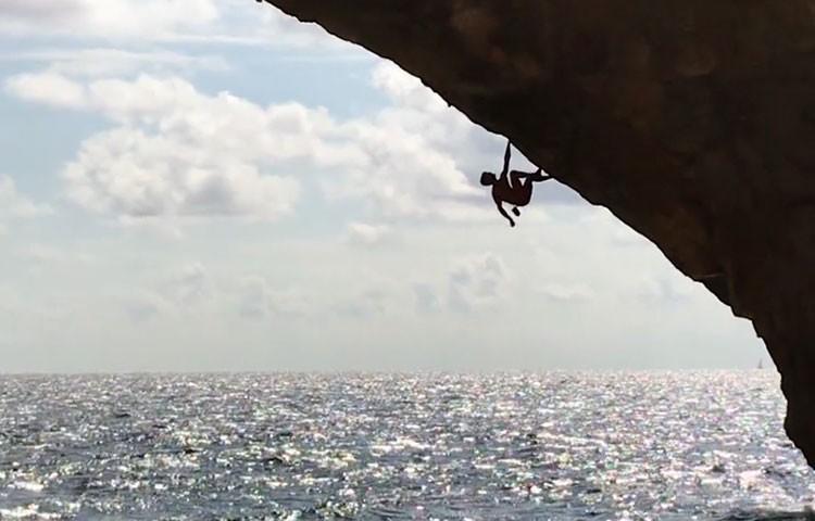 Jan Hojer escalando el arco de Es Pontas, Mallorca