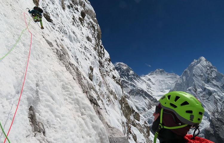 Abriendo Les Voyages de Petit Prince, con Everest y Lhotse al fondo. Foto: Facebook Zsolt Torok