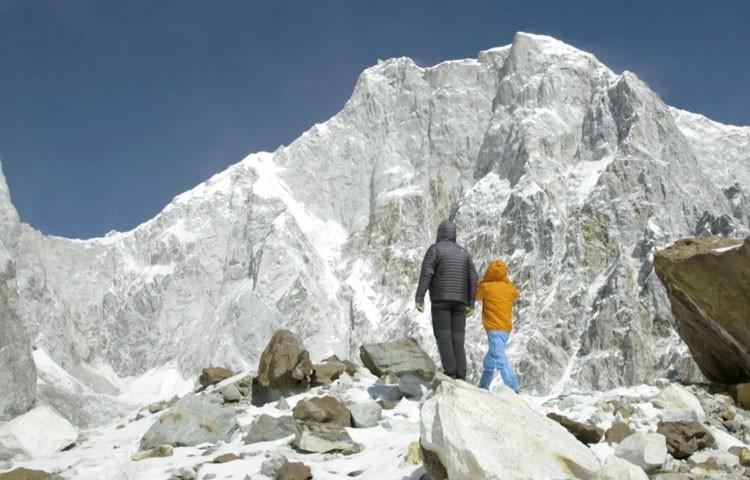 David Lama y Conrad Anker contemplan la grna muralla del Lunag Ri