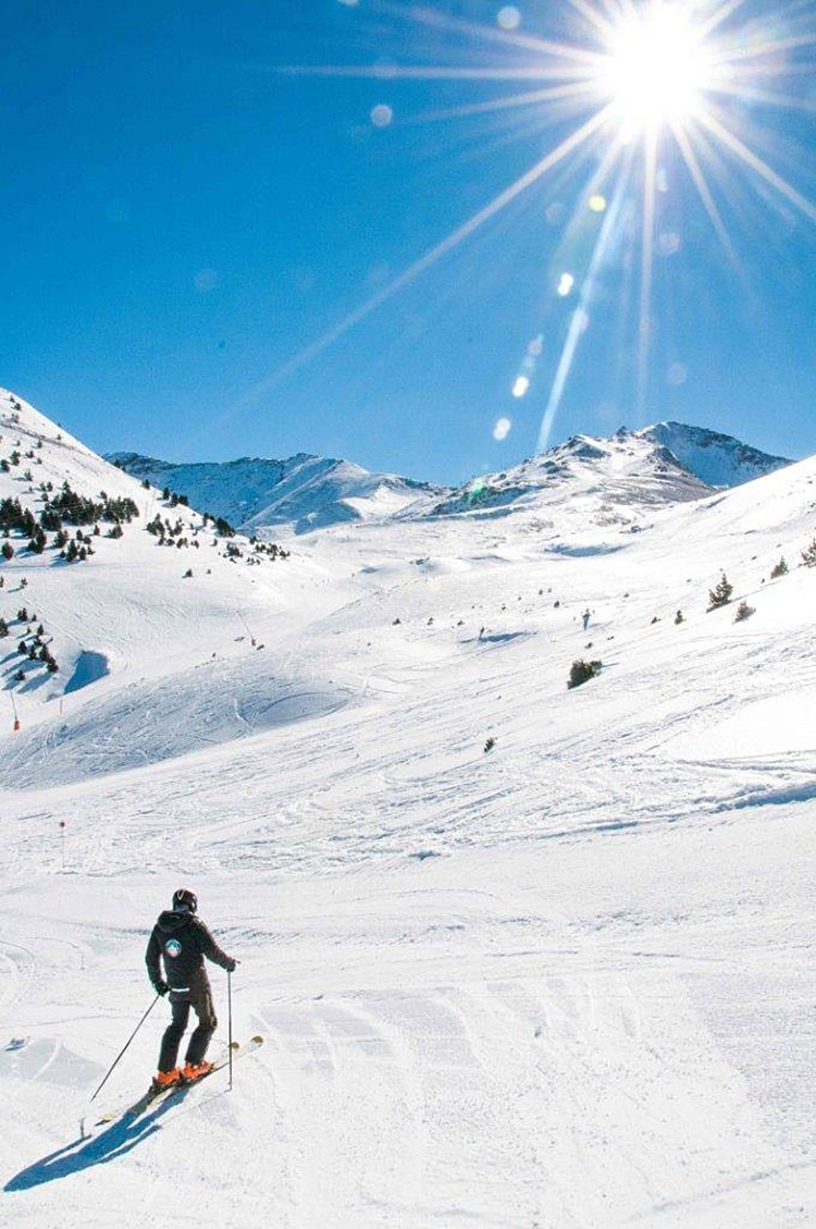 Esquiando en Cerler, Valle de Benasque. Foto: Aramon Cerler