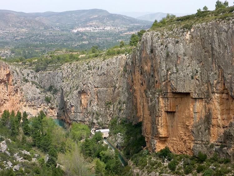 La pared gira y se interna en el cañón, en donde se encuentran fuera de la vista los 8 1ºs largos