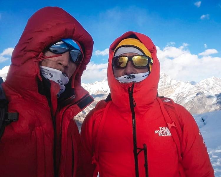 Simone Moro y Pemba Gelje Sherpa, en la cima del Mera Peak hace unos días. Foto: Simone Moro