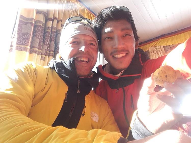 Simone Moro y Pembe Gelje Sherpa, en el lodge de Khare hace unas fechas. Foto: Simone Moro