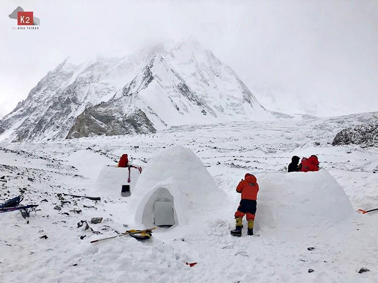 Construyendo los iglúes: Foto: Alex Txikon, Winter To Appeal