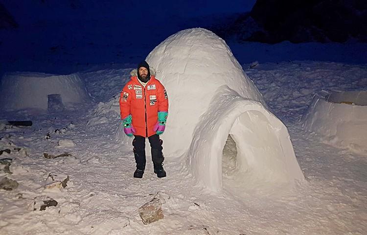 Alex Txikon, delante de su iglú. Foto: Alex Txikon, Winter To Appeal