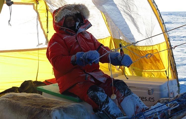 Ramón de Larramendi pilotando su trineo de viento en una expedición anterior: Foto: @trineodeviento