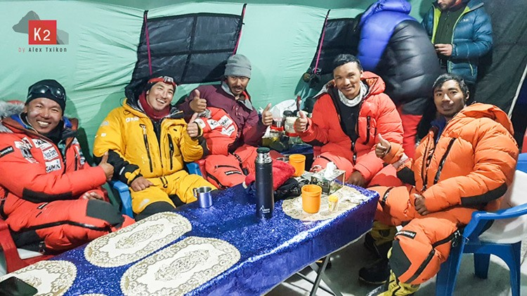 Descanso en el campo base del K2 tras el esfuerzo. Foto: Alex Txikon