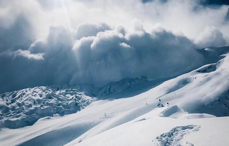 Gran avalancha a punto de alcanzar el campo base del Manaslu. Foto: Simone Moro