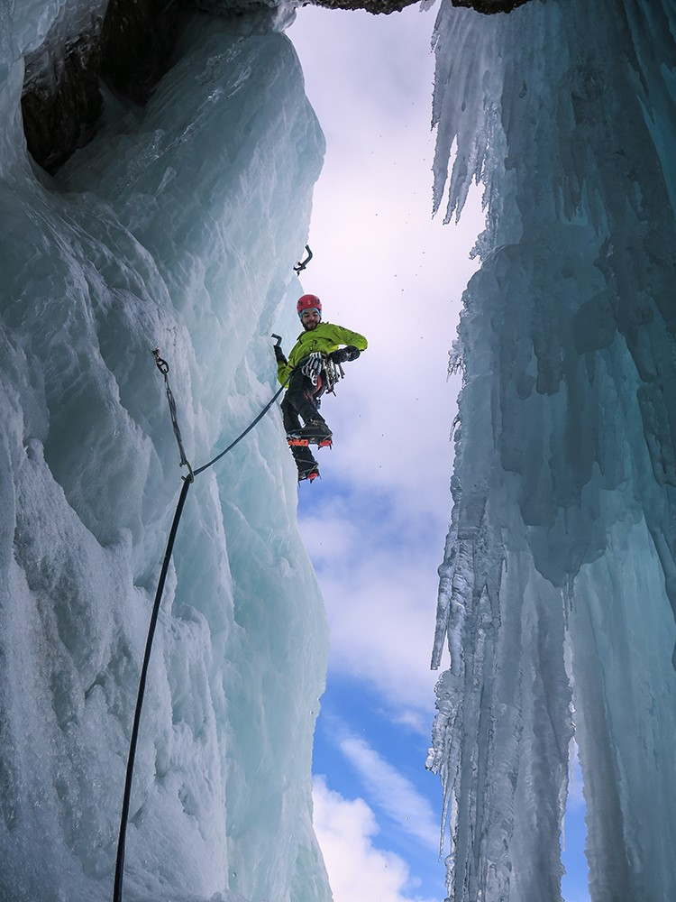 Andres Falo escalando La Spada di Damocles en Col Fosco