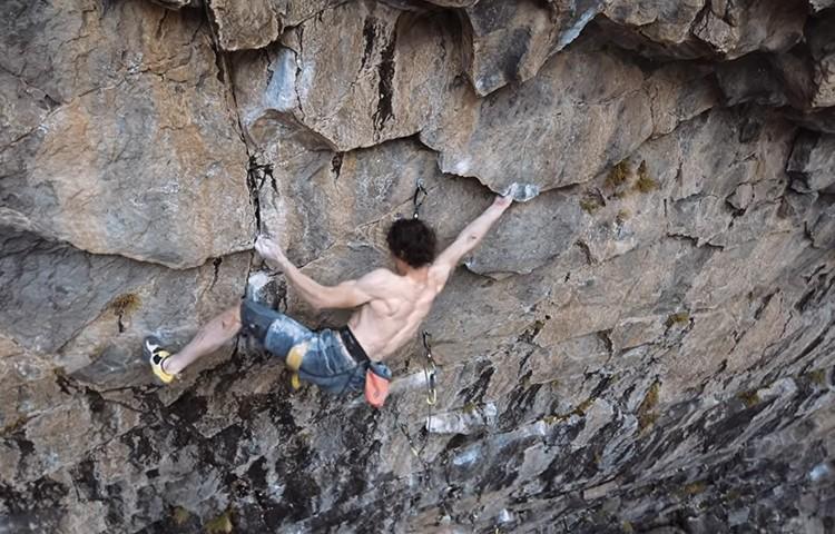 Adam Ondra escalando en el Valle de los Cóndores. Imagen: Bernardo Giménez