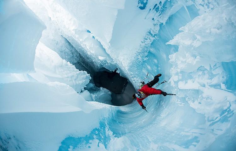 Will Gadd, escalando en los glaciares de Groenlandia. Foto: Christian Pondella, RedBullContentPool
