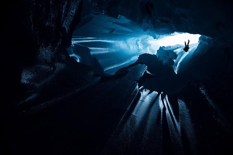 Rapelando hacia el interior del casquete glacial. Foto: Christian Pondella, RedBullContentPool