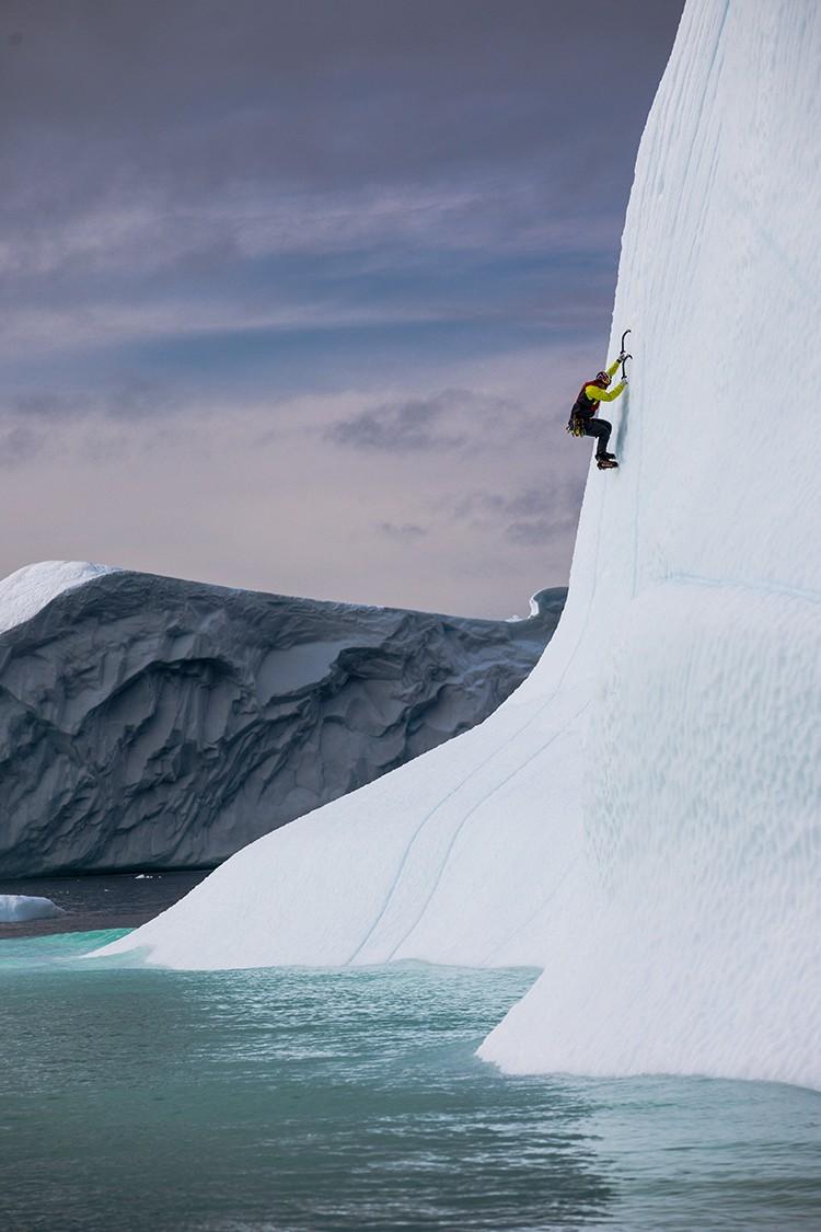 Escalando un iceberg. Foto: Christian Pondella. Red Bull Content Pool