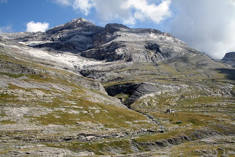 El Refugio de Góriz y Monte Perdido, desde la zona de la cueva. foto: Javier Rey Lanaspa