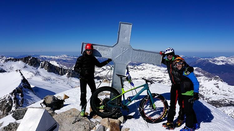 Foto de cima del Aneto con bicicleta