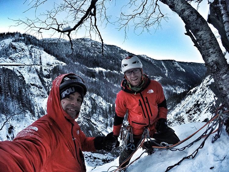 Los Pou, tras escalar Juvsoyla, Wi6, 150m. Foto: Hermanos Pou