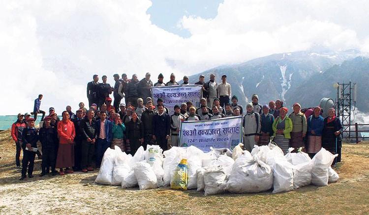 Equipo con parte de la basura recogida. Foto: Sherpa Heritage Trails