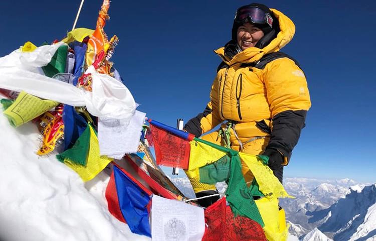 Dawa Yangzum Sherpa, en la cima del Makalu. Foto: Dawa Yangzum Sherpa