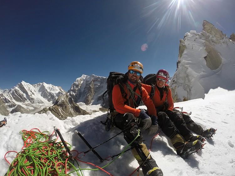 Rubén Gómez y Ana Gracia, bajo el pináculo de 10m de cima. Foto: A. Salamanca