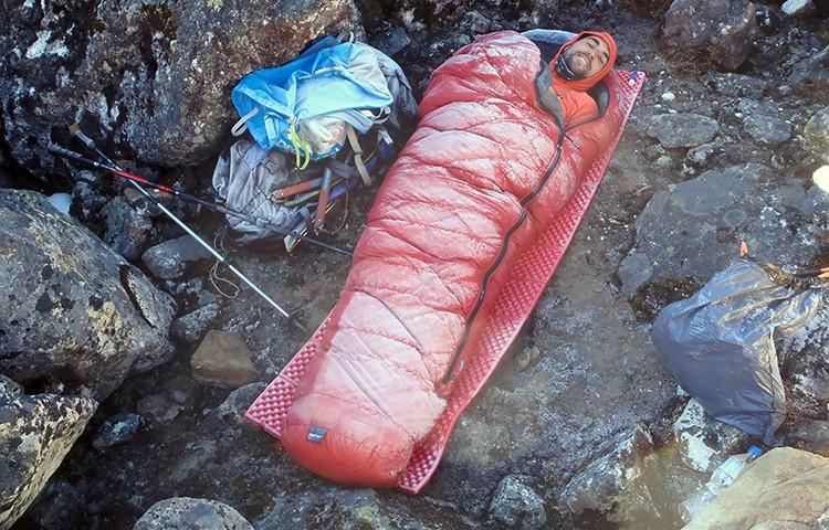 Vivac con saco de expedición. Foto: Pico Boltaña, Ángel Luis Salamanca, Cuadernos Técnicos Barrabes