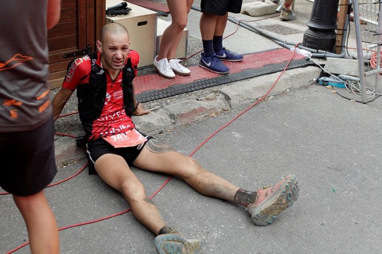 Joao Rodríguez, agotado en la meta de Benasque. Foto: Javier Melero