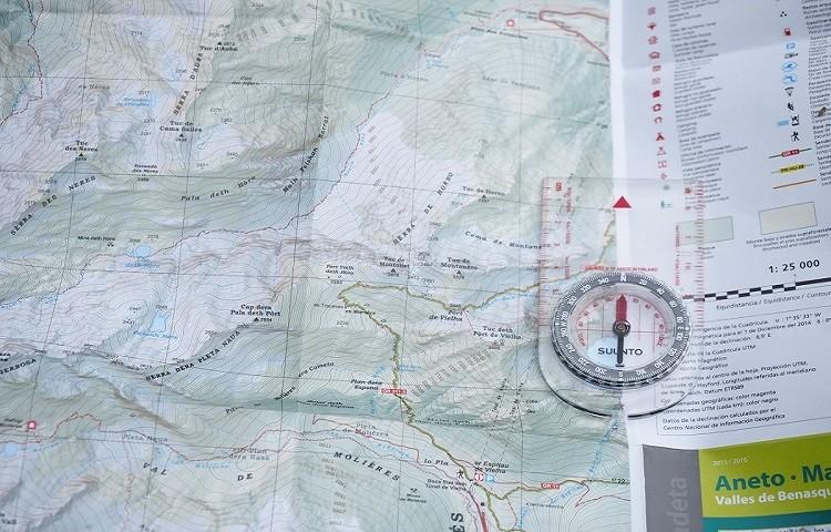 Orientarse con mapa y brújula: algo fundamental