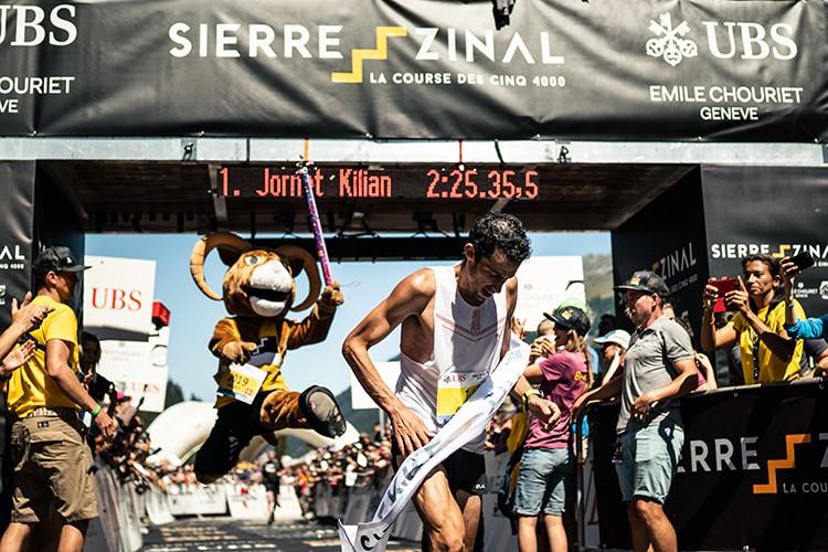 Kilian Jornet entra en meta en la Sierre-Zinal. Foto: Martina Valmassoi/Salomon