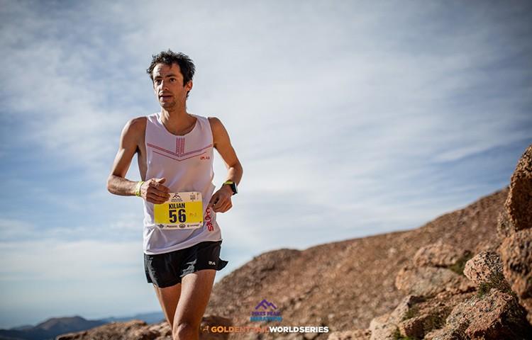 Kilian Jornet subiendo al Pico Pikes Crédito: Philipp Reiter/Salomon
