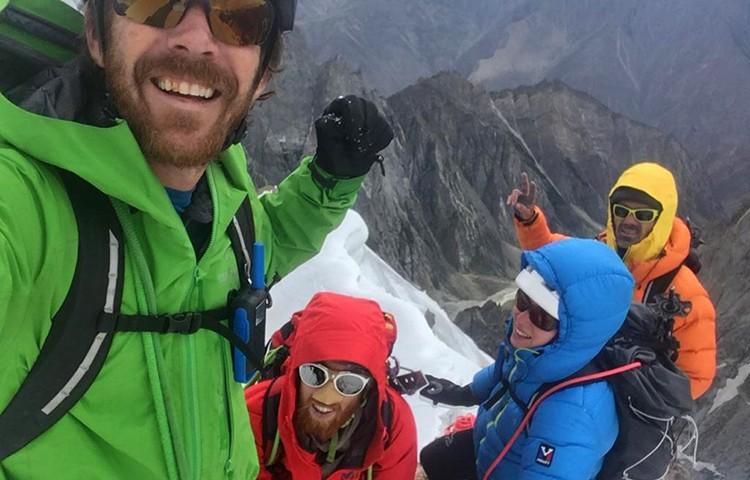 En la cima de cima de Brakk Na Brakk. Foto: Rubí, Lladó, Roig y Watson