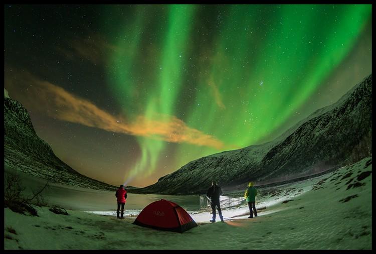 Aurora Boreal acampados a la orilla de un lago, Lofoten. Foto: Javier Camacho