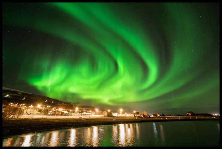 Aurora Boreal cerca de Tromso; convirtiendo las luces de la ciudad en aliadas. F: Javier Camacho