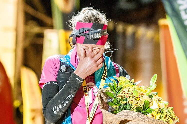 Silvia Trigueros, emocionada tras cruzar la meta de Courmayeur. Foto: Giacomo Buzio, Tor des Géants