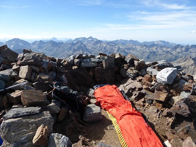 Los aislantes y colchonetas para montaña son fundamentales para vivaquear. Foto: Juan Korkuera