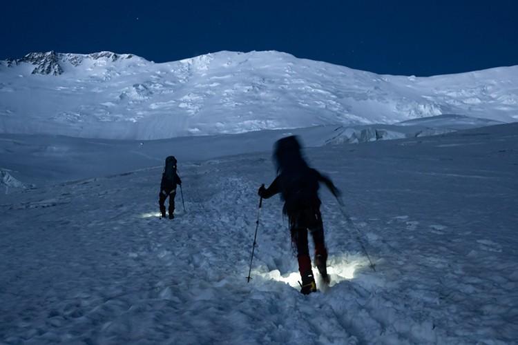 Ascendiendo de madrugada hacia el c2, para evitar las avalanchas. Foto: Javier Camacho