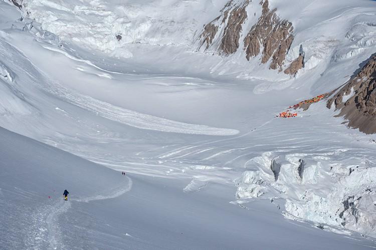 Llegando al campo 2, una gran avalancha llega casi hasta la huella. Foto: Javier Camacho