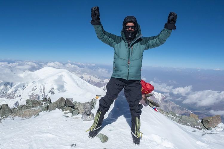 Foto de cumbre en el pico Lenin 7134 m. Foto: Javier Camacho