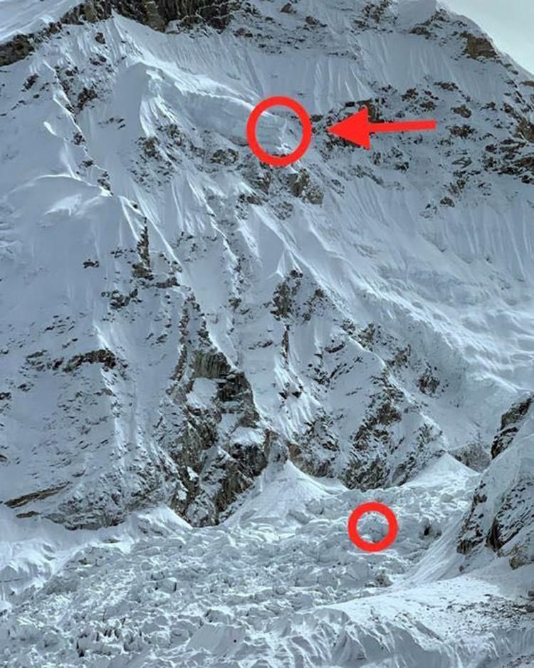 El gran serac, con unos alpinistas a sus pies. Foto: Tim Emmet, FB Mountain Hardwear