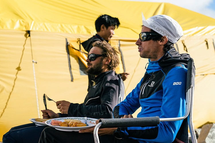 Andrzej Bargiel y Kilian Jornet, en el campo base del Everest. Foto: FB: Andrzej Bargiel
