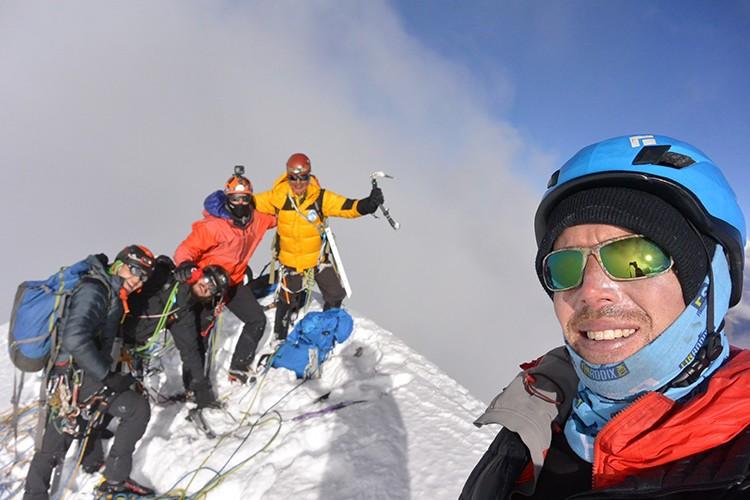El grupo en la cumbre del Siulá Grande. Foto: Nathan Heald