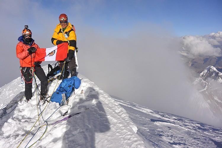 Luís Crispín y Thomas Schilter, primeros peruanos en la cumbre del Siulá Grande. Foto: Nathan Heald